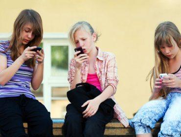 Мобилните телефони: Скритите рискове, на които излагаме деца си!